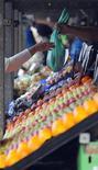 <p>Negozio di frutta e verdura in foto d'archivio. REUTERS/Nigel Roddis</p>