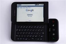 <p>Imagen de archivo de un teléfono inteligente con el sistema operativo Android de Google, es visto en Encinitas, California. Ene 20 2010. Google desplazó al fabricante del iPhone, Apple, al convertirse en el segundo proveedor más popular de software para teléfonos inteligentes en Estados Unidos en el primer trimestre, en la última señal de la dura competencia en un mercado de rápido crecimiento. REUTERS/Mike Blake/ARCHIVO</p>