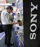 <p>Sony anticipe pour l'exercice qui vient de commencer une multiplication par plus de cinq de son bénéfice opérationnel à la faveur d'une augmentation des ventes de ses produits phares. Mais, en tablant sur un résultat opérationnel de 160 milliards de yens (1,4 milliard d'euros) sur les 12 mois à fin mars 2011, le géant de l'électronique grand public se montre plus conservateur que les analystes financiers. /Photo prise le 13 mai 2010/REUTERS/Yuriko Nakao</p>