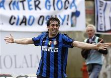 <p>Diego Milito festeggia il gol al Siena che ha regalato lo scudetto all'Inter. REUTERS/Alessandro Bianchi</p>