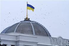 <p>Флаг Украины развевается на здании парламента страны в Киеве 18 февраля 2010 года. Киев надеется в ближайшее время успешно завершить нелегкие переговоры с Международным валютным фондом (МВФ) о кредите на сумму около $19 миллиардов, сказала первый замглавы администрации президента Украины Ирина Акимова. REUTERS/Konstantin Chernichkin</p>