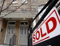 <p>A sold sign is displayed in front of a home in Toronto, December 15, 2009. REUTERS/Mike Cassese</p>