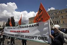 <p>Демонстранты держат растяжку перед парламентом Греции в Афинах 20 мая 2010 года. Греческие рабочие проводят в четверг очередную 24-часовую забастовку, которая должна стать проверкой на прочность для правительства, пообещавшего жестко урезать бюджетные расходы в обмен на помощь ЕС и МВФ. REUTERS/Pascal Rossignol</p>