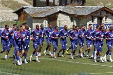 <p>Игроки французской национальной сборной во время тренировки в городе Тинь 24 мая 2010 года.Тренер сборной Франции Раймон Доменек заранее определился со списком из 23 игроков, которые будут представлять страну на чемпионате мира в ЮАР. REUTERS/Charles Platiau</p>