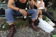 <p>Dei giovani bevono birra in un parco di Milano. REUTERS/Paolo Bona /Files</p>