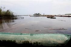 <p>Restos de petróleo flota en la superficie del Paso A Loutre, Lusiana. Mayo 26 2010. BP Plc enfrenta el jueves una jornada crucial en su lucha contra un derrame de petróleo en el Golfo de México, cuando se evaluará si su nuevo intento por sellar una fuga en un pozo submarino es un éxito o un nuevo fracaso. REUTERS/Sean Gardner</p>