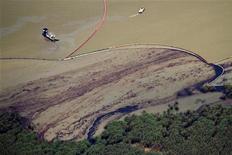"""<p>Impacto del petróleo en la desembocadura del río Misisipi al golfo de México. Mayo 27 2010. BP Plc dijo el sábado que la compleja maniobra """"top kill"""" para cerrar su pozo petrolero en el Golfo de México fracasó, aplastando las esperanzas de un rápido fin al mayor derrame de petróleo en la historia estadounidense, en un desastre que cumplió 40 días. REUTERS/Jeffrey Dubinsky/Gulf Restoration Network/Cortesía</p>"""