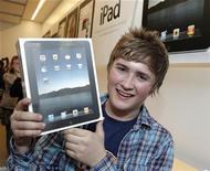 <p>Jake Lee, il primo acquirente britannico di un Apple iPad. La foto è stata scattata a Londra il 28 maggio scorso. REUTERS/Luke MacGregor</p>
