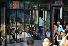 """<p>Пассажиры садятся в автобус в час пик в Пекине 21 июля 2008 года. Водителей автобусов и продавцов билетов в Китае призвали оставить коммунистические обращения позади - согласно новому тренировочному пособию они должны называть пассажиров """"сэр"""" или """"мадам"""" вместо """"товарищ"""", сообщили государственные СМИ в понедельник. REUTERS/Jason Lee</p>"""