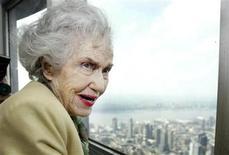 """<p>Foto de archivo de la actriz Fay Wray, protagonista del filme King Kong, en lo alto del edificio Empire State en Nueva York, mayo 15 2004. """"King Kong"""", el maestro de todas las bestias cinematográficas y una de las películas más importantes del siglo XX, tendrá su debut en formato Blu-ray el 28 de septiembre. REUTERS/Jeff Christensen</p>"""