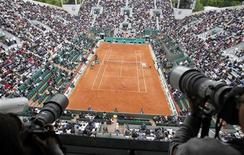 """<p>Зрители следят за матчем на Открытом чемпионате Франции по теннису """"Ролан Гаррос"""" в Париже 31 мая 2010 года. REUTERS/Regis Duvignau</p>"""