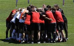 <p>Сборная Германии по футболу на тренировке в итальянском городке Эппан 1 июня 2010 года. Тренер сборной Германии по футболу Йоахим Лёв назвал окончательный состав команды на чемпионат мира в ЮАР. REUTERS/Thomas Bohlen</p>