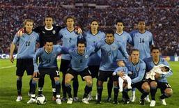 <p>Сборная Уругвая перед началом отоборочного матча чемпионата мира с командой Аргентины в Монтевидео 14 октября 2009 года. Тренерский штаб сборной Уругвая по футболу определился со списком из 23 игроков, которые будут представлять страну на чемпионате мира в ЮАР REUTERS/Andres Stapff</p>