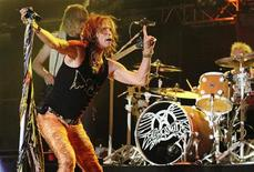 <p>Vocalista Steven Tyler do Aerosmith se apresenta em show em La Guacima de Alajuela, na Costa Rica. A banda anunciou nesta terça-feira uma turnê por 18 cidades norte-americanas a partir de julho, na Califórnia, após superar as diferenças e se aquecer com sete apresentações na América do Sul. 01/06/2010 REUTERS/Carlos Leon</p>
