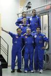 <p>Les six participants au programme Mars 500, dont le Français Romain Charles (en haut à droite), qui vont vivre 520 jours d'isolement dans un module installé à Moscou, afin de simuler un voyage aller-retour sur la planète Mars. /Photo prise le 3 juin 2010/REUTERS/Sergei Karpukhin</p>