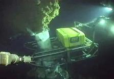 <p>Técnicos usan un brazo robótico en el lugar de una fuga de petróleo en el Golfo de México según muestra esta imagen obtenida de un video en vivo de BP el 1 de junio del 2010. REUTERS/BP/Handout (UNITED STATES)</p>