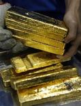 <p>Мужчина держит в руках слитки золота в городе Хошимин во Вьетнаме 22 января 2010 года. Отравление свинцом в результате незаконной добычи золота привело к смерти 163 нигерийцев, включая 111 детей, в северном штате Замфара с марта, сообщил высокопоставленный источник в правительстве страны. REUTERS/Kham</p>