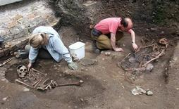 <p>Archaeologists unearthing Roman skeletons thought to be gladiators at a site in York are seen in this undated handout photo. REUTERS/York Archaeological Trust/Handout</p>