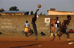 <p>Школьники играют в футбол, Йоханнесбург 25 мая 2010 года. REUTERS/David Gray</p>