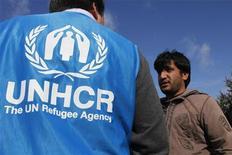 <p>Nella foto d'archivio, un operatore dell'Unhcr discute con un migrante. REUTERS/Pascal Rossignol (FRANCE POLITICS SOCIETY)</p>