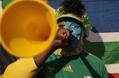 <p>A supporter of South Africa blows his vuvuzela during a training session of Germany's national soccer team in Pretoria June 7, 2010. REUTERS/Ina Fassbender</p>