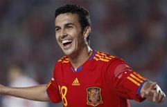 <p>Pedro Rodriguez da Espanha comomeora gol durante amistoso contra a Polônia. O Barcelona recompensou o atacante Pedro com um novo contrato até 2015 e deu ao meio-campista Xavi a opção de estender o seu até 2016. 08/06/2010 REUTERS/Juan Medina</p>