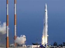 <p>Cohete espacial surcoreano antes de despegar, en el centro espacial Naro, en Goheung. Jun 10 2010. Un cohete espacial surcoreano que transportaba un satélite científico se estrelló el jueves dos minutos después de despegar, en el segundo fracaso que sufre el país en igual número de intentos por poner una carga útil en órbita. REUTERS/Korea Pool</p>