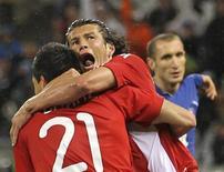 <p>Antolin Alcaraz do Paraguai (21) comemora seu gol com Nelson Haedo Valdez durante jogo contra a Itália pelo Grupo F da Copa do Mundo. O Paraguai conseguiu segurar um empate com a última campeã da Copa do Mundo, por 1 x 1. 14/06/2010 REUTERS/Carlos Barria</p>