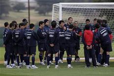 <p>Сборная Чили на тренировке в Нелспрейте 10 июня 2010 года. Гондурас встретится со сборной Чили в первом матче группы H чемпионата мира по футболу в ЮАР в среду. REUTERS/Ivan Alvarado</p>