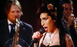 <p>Imagen de archivo de la cantante británica Amy Winehouse, presentándose en la entrega de los Premios Grammy. Feb 10 2008. De tal palo, tal astilla. El padre taxista de la cantante británica Amy Winehouse, Mitch, ha lanzado su propia carrera musical con un álbum de jazz compuesto en su mayoría por reediciones de canciones y también cuatro sencillos originales. REUTERS/Mike Blake/ARCHIVO</p>