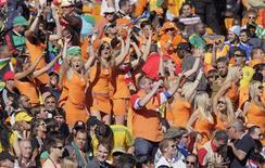<p>Torcedores holandeses celebram após vitória da Holanda na Copa da África. Corte sul-africana libertou duas holandesas acusadas de propaganda ilegal para uma cervejaria. REUTERS/Michael Kooren</p>