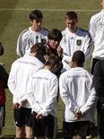 <p>Тренер германской сборной Йоахим Лев инструктирует игроков, Претория 16 июня 2010 года. REUTERS/Ina Fassbender</p>