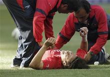 <p>Jorge Valdivia depois de ser contundido em jogo contra Honduras pelo Grupo H da Copa do Mundo. Representantes da seleção do Chile minimizaram nesta sexta-feira as declarações da mulher do meio-campista, que disse que o jogador estaria fora da partida contra a Suíça. 16/06/2010 iREUTERS/Adnan Abidi</p>