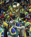 """<p>Болельщики сборной Бразилии на стадионе """"Эллис Парк"""" во время матча со сборной КНДР в Йоханнесбурге 15 июня 2010 года. REUTERS/Kai Pfaffenbach</p>"""