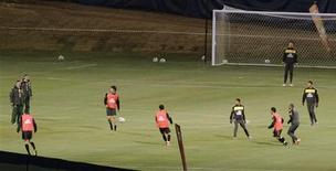 <p>Jogadores do Brasil participam de treino nesta sexta-feira em Johanesburgo. REUTERS/Paulo Whitaker</p>