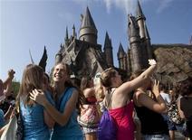 """<p>Convidados se animam com a presença do elenco da saga """"Harry Potter"""" no Wizarding World of Harry Potter na Universal Studios, durante sua abertura em Orlando, Flórida, 18 de junho de 2010. REUTERS/Scott Audette</p>"""