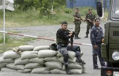 <p>Военнослужащие охраняют контрольно-пропускной пункт в городе Ош, 17 июня 2010 года. Кровопролитный межэтнический конфликт на юге Киргизии затронул около одного миллиона человек, которые сейчас нуждаются в продовольствии и гуманитарной помощи, заявили в пятницу представители Организации объединенных наций. REUTERS/Stringer</p>