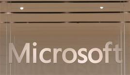 <p>Microsoft travaille avec Hewlett-Packard mais aussi d'autres constructeurs informatiques au lancement de tablettes numériques proposant davantage de fonctionnalités que l'iPad d'Apple. /Photo d'archives/REUTERS/Joshua Lott</p>