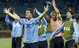 <p>O uruguaio Andres Scotti comemora com seus colegas durante jogo contra o México pelo Grupo A da Copa do Mundo. A seleção uruguaia está confiante de ir para as quartas-de-final pela primeira vez desde 1970 se mantiver a forma. 22/06/2010 REUTERS/Alessandro Bianchi</p>