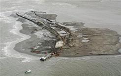 <p>Una vista general de un sitio de dragado de arena en Plaquemines Parish, Luisiana, jun 22 2010. REUTERS/Sean Gardner (UNITED STATES)</p>