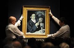 <p>Сотрудники аукционного дома Christie's держат картину Пабло Пикассо 1903 года, 23 июня 2010 года. Аукционный дом Christie's провел в среду рекордный для Лондона аукцион по продаже произведений искусства, однако общая сумма сделки оказалась значительно ниже ожиданий. REUTERS/Paul Hackett</p>