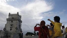 <p>Touristes nippons devant la tour de Belém, à Lisbonne. Ce sont les Japonais qui, dans le monde, prennent le moins de vacances, avec en moyenne neuf jours de repos par an, tandis que les Français en sont les plus friands, avec un moyenne de 34,5 jours de congés par an, montre une enquête. /Photo d'archives/REUTERS/Nacho Doce</p>