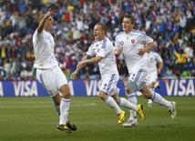 <p>La selección de fútbol de Eslovaquia derrotaba el jueves por 2-0 a Italia en la última jornada del Grupo F, que decide la clasificación a octavos de final del Mundial. En la imagen, el eslovaco Robert Vittek celebra su primer gol con sus compañeros Radoslav Zabavnik y Juraj Kucka, el 24 de junio de 2010. REUTERS/Kai Pfaffenbach</p>