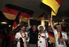 <p>Немецкие болельщики празднуют победу своей команды в матче против Англии, 27 июня 2010 года. Ниже представлено расписание игр 1/8 финала чемпионата мира по футболу в ЮАР, которые пройдут в субботу и воскресенье: REUTERS/Radu Sigheti</p>