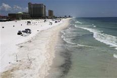 <p>Imagen de archivo de las costas de una playa de Pensacola contaminadas por el derrame de petróleo de BP. Jun 24 2010. Crudo espeso del derrame de BP Plc en el Golfo de México llegó por primera vez a la costa de Mississippi el domingo mientras la tormenta tropical Alex ingresaba al golfo, planteando una amenaza para la operación de limpieza del desastre ecológico. REUTERS/Lyle W. Ratliff</p>