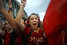 <p>Болельщики сборной Испании радуются голу, забитому их командой в ворота сборной Чили, 25 июня 2010 года. 29 июня 2010 года сборная Испании встретиться с командой Португалии, а Парагвай сыграет с Японией. REUTERS/Susana Vera</p>