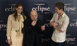 "<p>Film director David Slade of Britain (C) gestures as he is flanked by U.S. actress Ashley Greene and Australian actor Xavier Samuel while posing during a photocall to promote their latest film ""The Twilight Saga: Eclipse"" in Madrid June 28, 2010. REUTERS/Sergio Perez</p>"