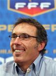 <p>Novo técnico da seleção francesa, Laurent Blanc, fala em coletiva de imrpensa em Paris. Blanc disse não ser responsabilidade sua adotar ações disciplinares contra os jogadores envolvidos no boicote durante a Copa do Mundo. 06/07/2010 REUTERS/Mal Langsdon</p>