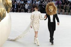 <p>Models present creations by German designer Karl Lagerfeld as part of his Haute-Couture Fall/Winter 2010-2011 fashion show for French fashion house Chanel in Paris July 6, 2010. REUTERS/Benoit Tessier</p>