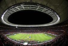 <p>Сборные Уругвая и Нидерландов выходят на поле перед началом полуфинала в Кейптауне 6 июля 2010 года. Общая посещаемость матчей текущего чемпионата мира по футболу в ЮАР в среду превысит 3 миллиона человек, что станет третьим показателем в истории - после турниров 1994 года в США и 2006 года в Германии, сообщил представитель ФИФА. REUTERS/Radu Sigheti</p>